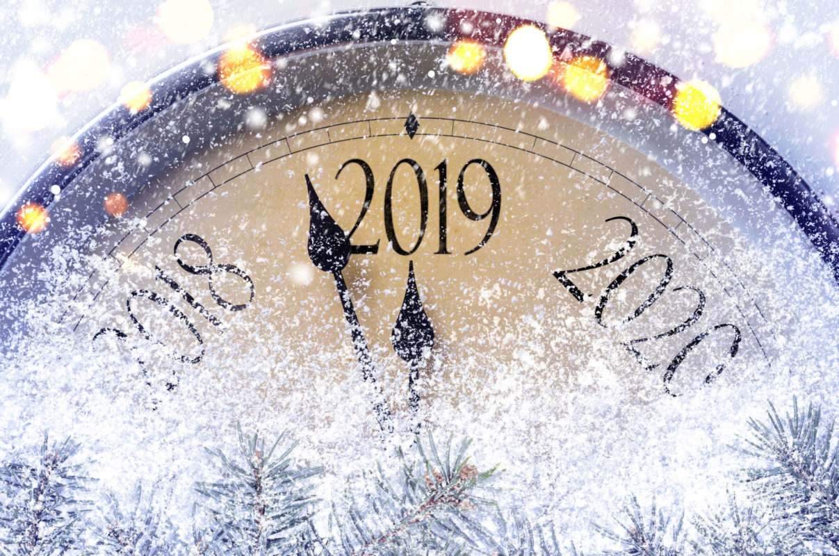 Image of clock with the year 2019 showing about how to write a holiday gift guide